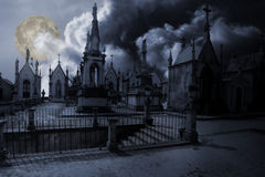 Кладбище в ноче полнолуния Стоковые Фотографии RF