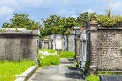 Кладбище Лафайета в Новом Орлеане с историческими тягчайшими камнями Стоковое фото RF