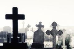 Кладбище с усыпальницами и туманом Стоковое Фото
