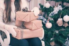 кладет девушку в коробку подарка Стоковое Фото