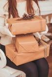 кладет девушку в коробку подарка Стоковая Фотография