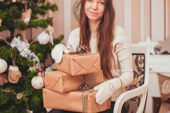 кладет девушку в коробку подарка Стоковое Изображение RF