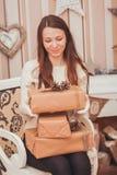 кладет девушку в коробку подарка Стоковые Изображения