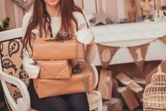 кладет девушку в коробку подарка Стоковое фото RF