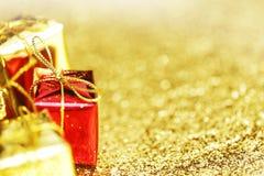 кладет декоративный подарок в коробку Стоковое Фото