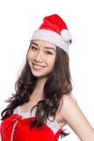 кладет женщину в мешки santa Девушка красоты азиатская модельная в шляпе o Санты Стоковые Изображения