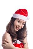 кладет женщину в мешки santa Девушка красоты азиатская модельная в шляпе Санты изолировала o Стоковые Изображения