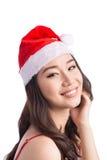 кладет женщину в мешки santa Девушка красоты азиатская модельная в шляпе Санты изолировала o Стоковое Изображение RF