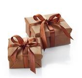 кладет изолированный подарок в коробку Стоковое Фото