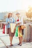 кладет красивейших девушок в мешки ходя по магазинам 2 Стоковое Изображение RF