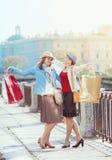 кладет красивейших девушок в мешки ходя по магазинам 2 Стоковое Фото