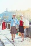 кладет красивейших девушок в мешки ходя по магазинам 2 Стоковые Фотографии RF