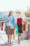 кладет красивейших девушок в мешки ходя по магазинам 2 Стоковые Фото