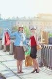 кладет красивейших девушок в мешки ходя по магазинам 2 Стоковое фото RF