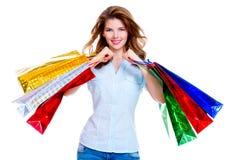 кладет красивейшую счастливую женщину в мешки покупкы Стоковая Фотография RF