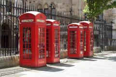кладет красный телефон в коробку Стоковая Фотография