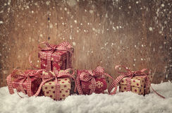 кладет красный цвет в коробку подарка Стоковая Фотография