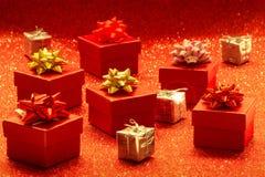 кладет красный цвет в коробку подарка Стоковое Фото
