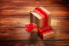 кладет кучу в коробку подарка сердце подарка дня принципиальной схемы голубой коробки предпосылки схематическое изолировало valen Стоковые Изображения