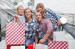 кладет покупку в мешки семьи стоковые фотографии rf