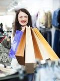 кладет покупку в мешки sally девушки Стоковое Изображение