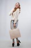 кладет покупку в мешки sally девушки Стоковое фото RF