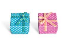 кладет подарок в коробку 2 Стоковое Фото