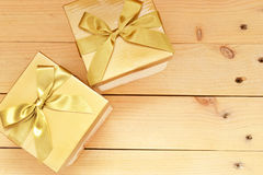 кладет подарок в коробку 2 Стоковая Фотография RF