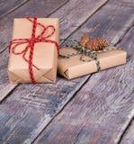 кладет подарок в коробку 2 Стоковое Изображение RF
