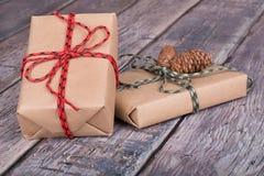 кладет подарок в коробку 2 Стоковое фото RF