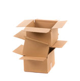 кладет раскрытый картон в коробку Стоковое Фото