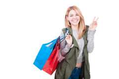 кладет симпатичную женщину в мешки покупкы изображения Стоковые Изображения RF