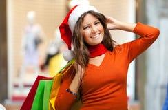 кладет симпатичную женщину в мешки покупкы стоковое фото rf