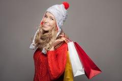 кладет счастливую женщину в мешки покупкы удерживания Продажи зимы стоковые изображения rf