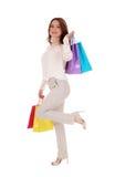 кладет счастливую женщину в мешки покупкы Стоковое Изображение RF