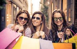 кладет усмехаться в мешки девушок ходя по магазинам Стоковое Фото