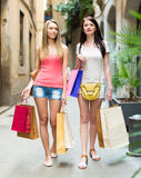 кладет ходить по магазинам в мешки девушок Стоковое Изображение