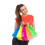 кладет цветастую покупку в мешки девушки Стоковые Изображения