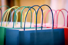 кладет цветастую покупку в мешки стоковые изображения