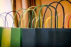 кладет цветастую покупку в мешки стоковые изображения rf
