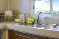 Кладовка с утварью в кухне стоковая фотография