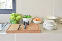 Кладовка с kitchenware и утварью в современной кухне дома стоковые изображения rf