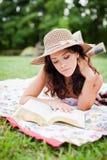 Кладущ вниз, читающ Стоковые Изображения