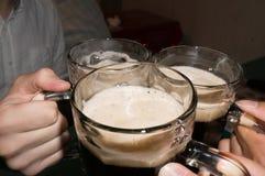 Кладущ стекло пива совместно Стоковые Фотографии RF