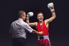 Кладя в коробку рефери дает медаль к молодому боксеру Стоковое Фото