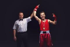 Кладя в коробку рефери дает медаль к молодому боксеру Стоковые Изображения RF