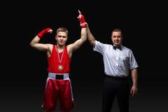 Кладя в коробку рефери дает медаль к молодому боксеру Стоковая Фотография