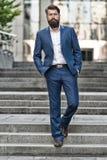 К достижениям дела Завоюйте мир дела Бородатый человек идя работать Бизнесмен в современном городе Начало стоковое фото