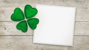 Клевер 4 лист и поздравительная открытка на древесине Стоковые Фото