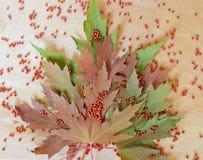 Кленовые листы на предпосылке дерева с красными шариками Стоковые Фотографии RF